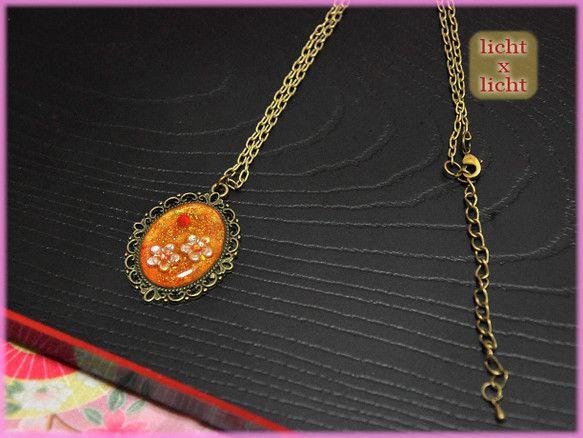 桜モチーフのネックレスになります。朝日・夕日を浴びている桜をイメージして、オレンジ~赤でグラデーション。ラメも入れているのでキラキラ綺麗に発色します。桜のシー...|ハンドメイド、手作り、手仕事品の通販・販売・購入ならCreema。