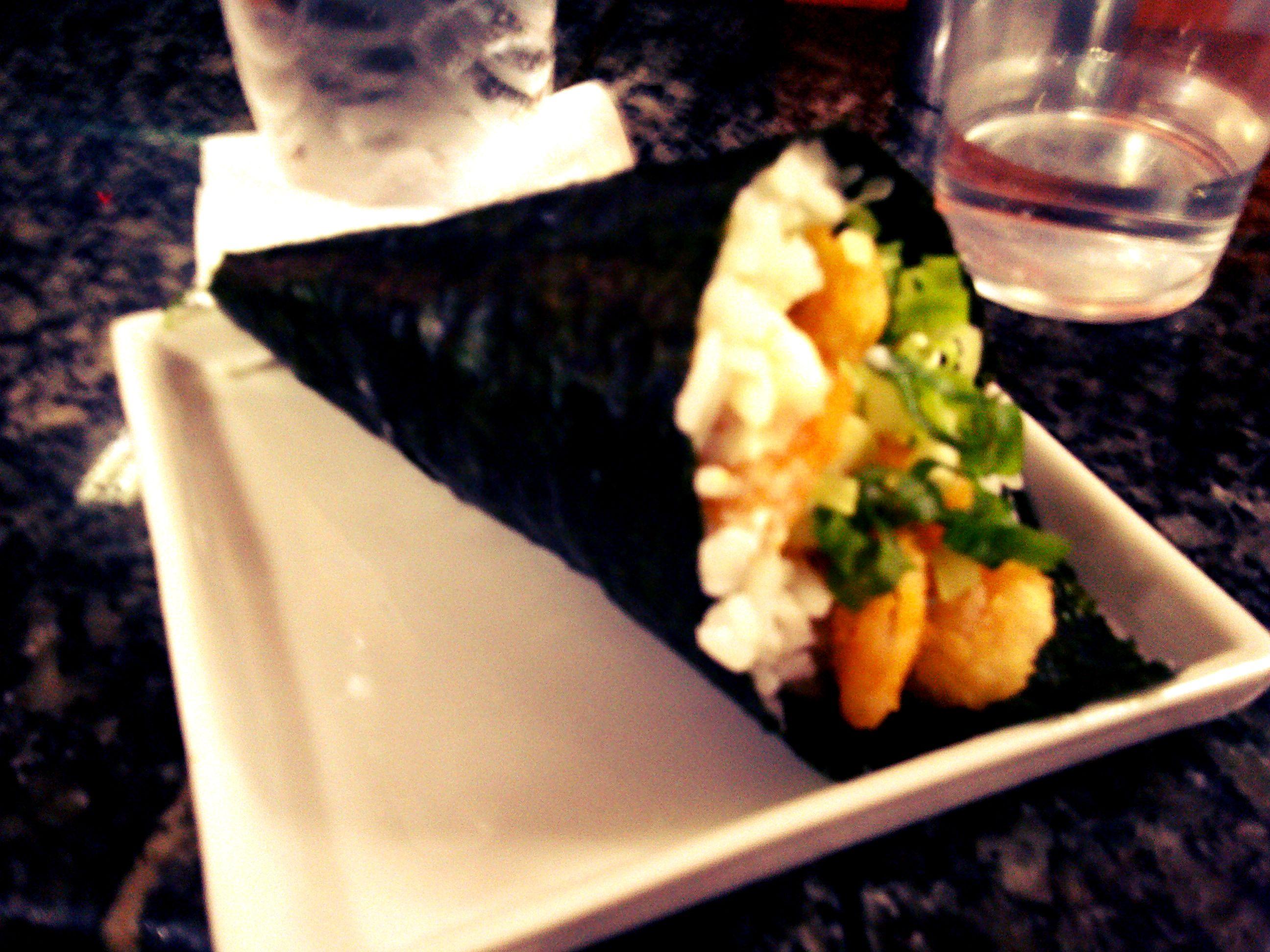 Temaki de camarão.