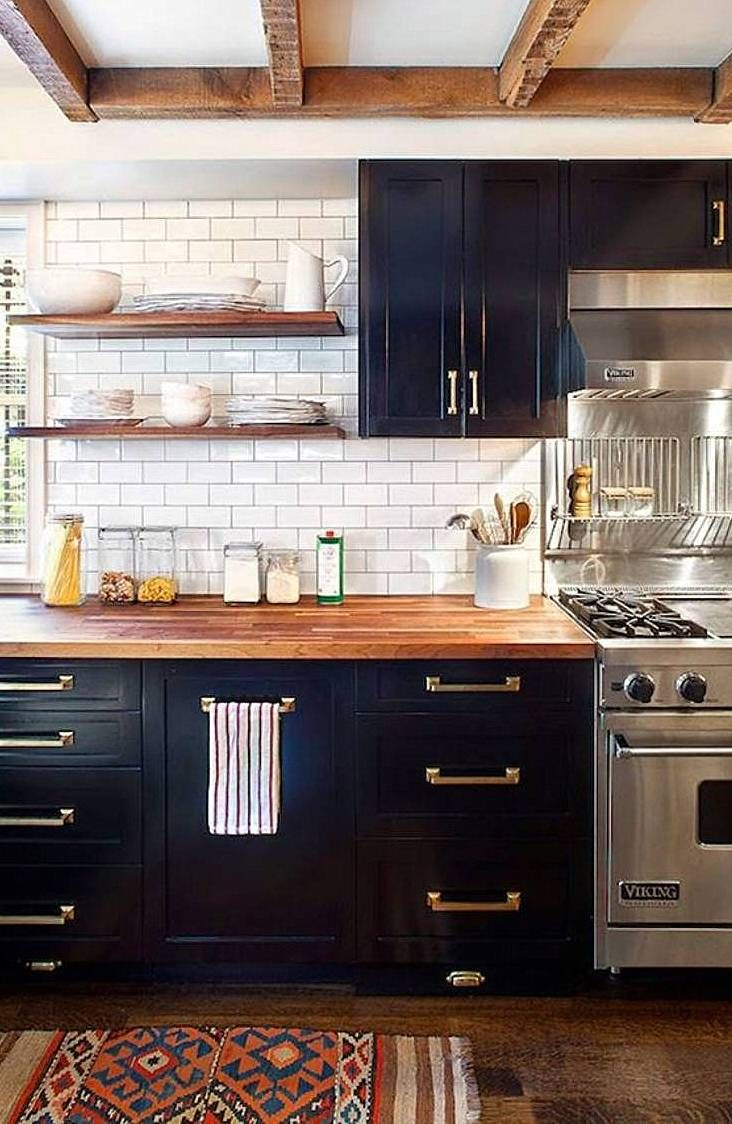 schwarze kueche holz arbeitsplatte regal weiss kleinformatige fliesen parkettboden schwarz. Black Bedroom Furniture Sets. Home Design Ideas
