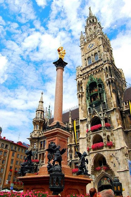 munich germany this is the glockenspiel in marienplatz basically a giant cuckoo clock in the middle of the citys shopping district a must see if you - Munchen Must See
