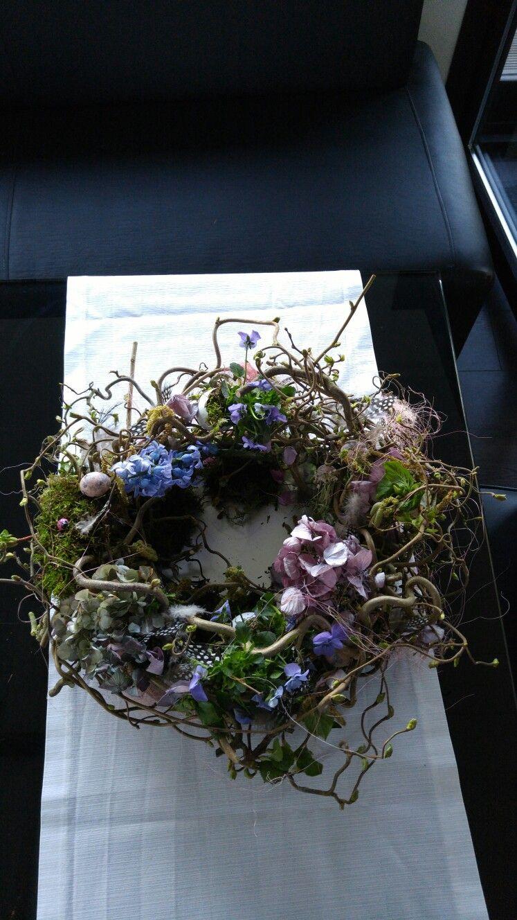 diy kranz aus korkenzieherweide getrockneten hortensien perlhuhnfedern dekoeiern ostern. Black Bedroom Furniture Sets. Home Design Ideas