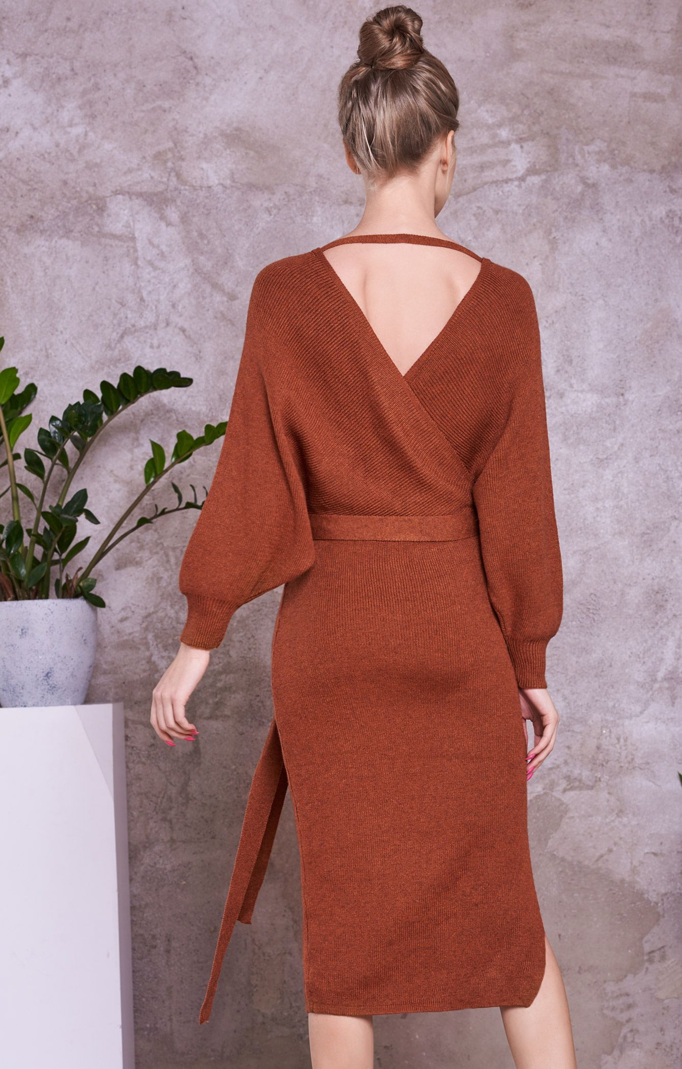 74564cf4a07 Трикотажное платье с объемными рукавами и вырезом на спине H.I.T. 053409