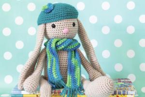 Conejo Amigurumi Patron Gratis : Conejo con bufanda gorra y orejas largas patrón gratis amigurumi
