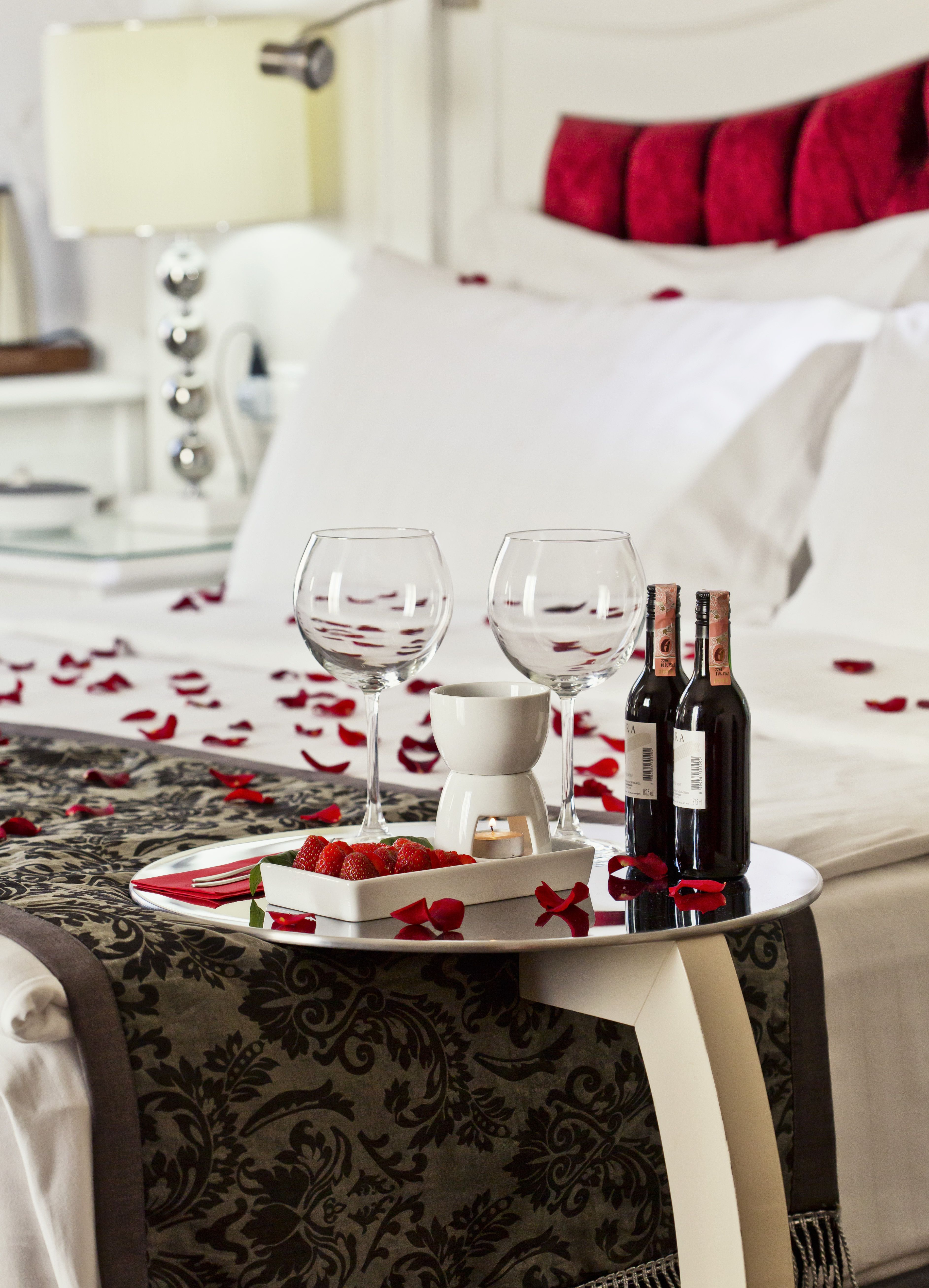 Hotel amira istanbul romance package rose petals bed - Romantic decorations for hotel rooms ...