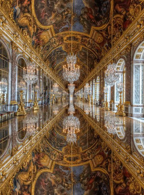 La Galleria degli specchi della reggia di #Versailles (il solo effetto riflettente della pavimentazione, se autentico, è spettacolare!).