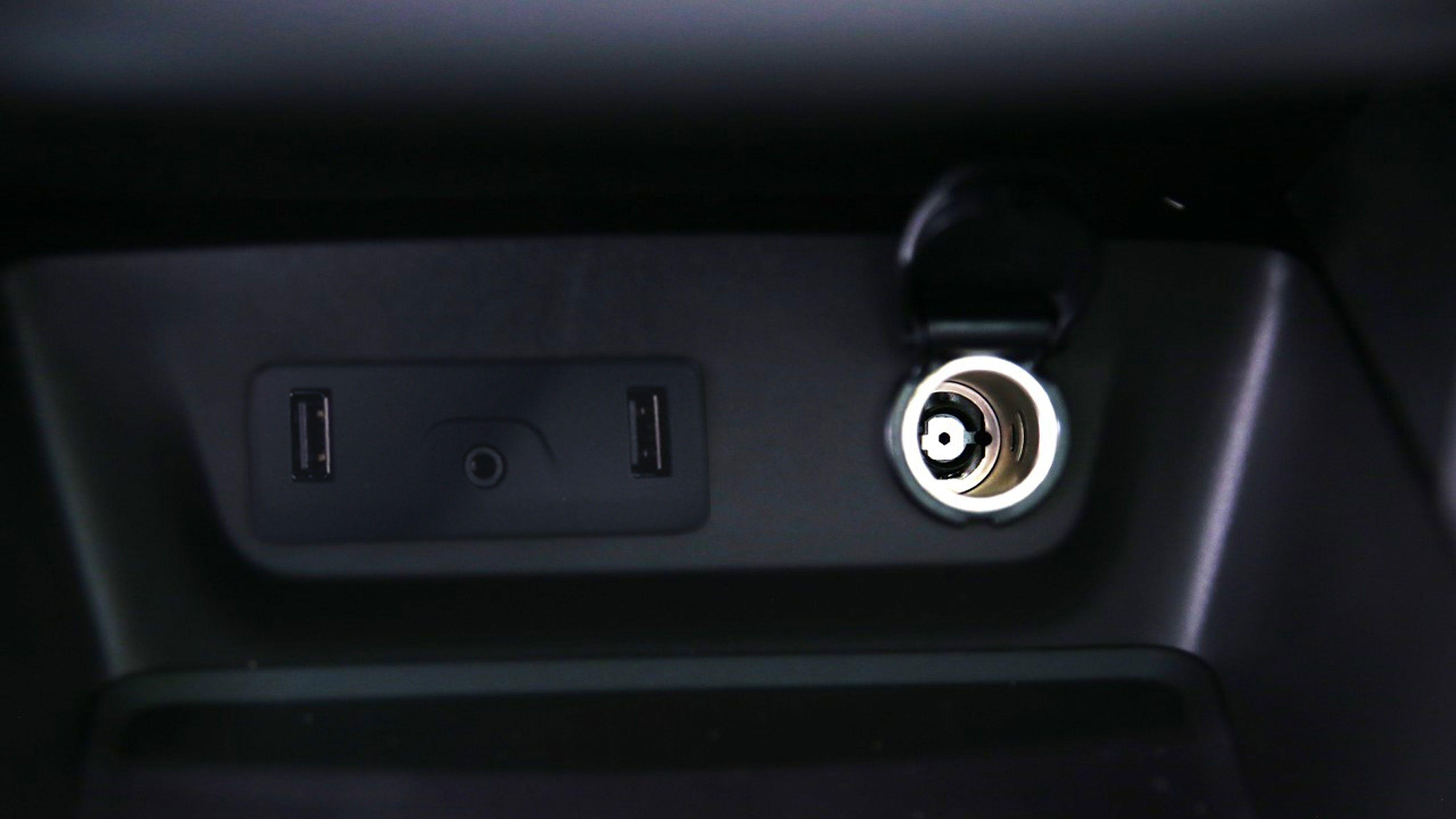 la double prise usb est r serv e aux passagers avant pour la recharge des t l phones renault. Black Bedroom Furniture Sets. Home Design Ideas