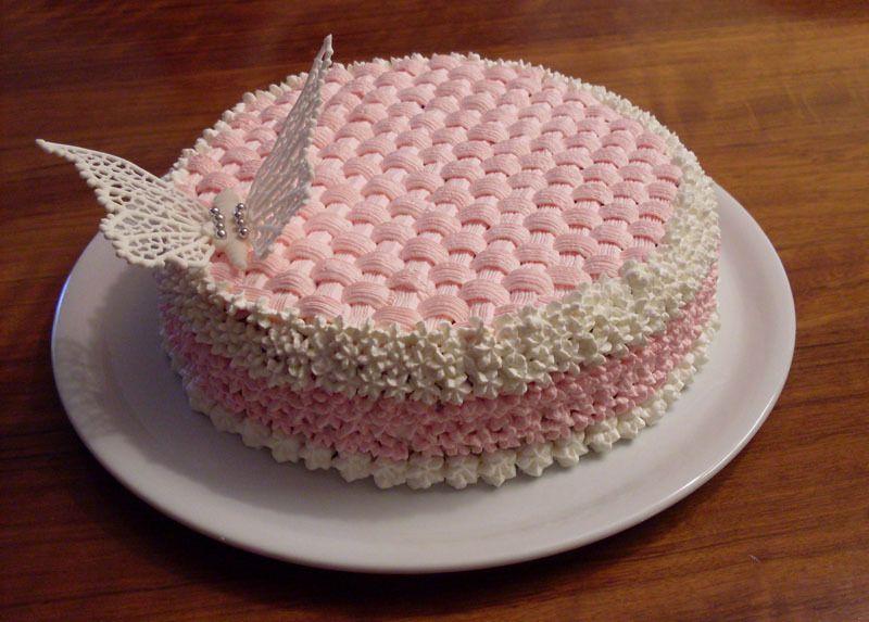 Torta decorata finemente con la panna ad effetto cesto in for Torte di compleanno a due piani semplici