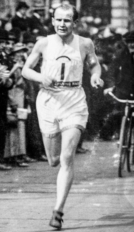 Hannes Kolehmainen juoksee New Yorkin maratonilla 1917. Seuraavana vuonna hän voitti kaksi olympiakultaa Tukholmassa.