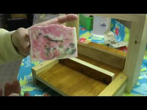 Cutting Cold Process -Melt&Pour Swirl - YouTube