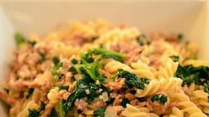 Are you out of ideas to introducing healthy vegetables to your kids? Expert Food Blogger Joanne Choi has an excellent non-threatening way of introducing the wonderful Kale to your kids. This Italian sausage and kale pasta has a creamy and sweet taste depending on what type of sausage you decide to use and your kids will enjoy the small pasta! This is a Grokker Premium video on the series Easy Home Cooking for Busy Families with Joanne Choi.