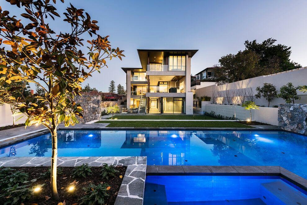 Casa moderna de dos plantas en tonos neutros con piscina for Patios de casas modernas con piscina