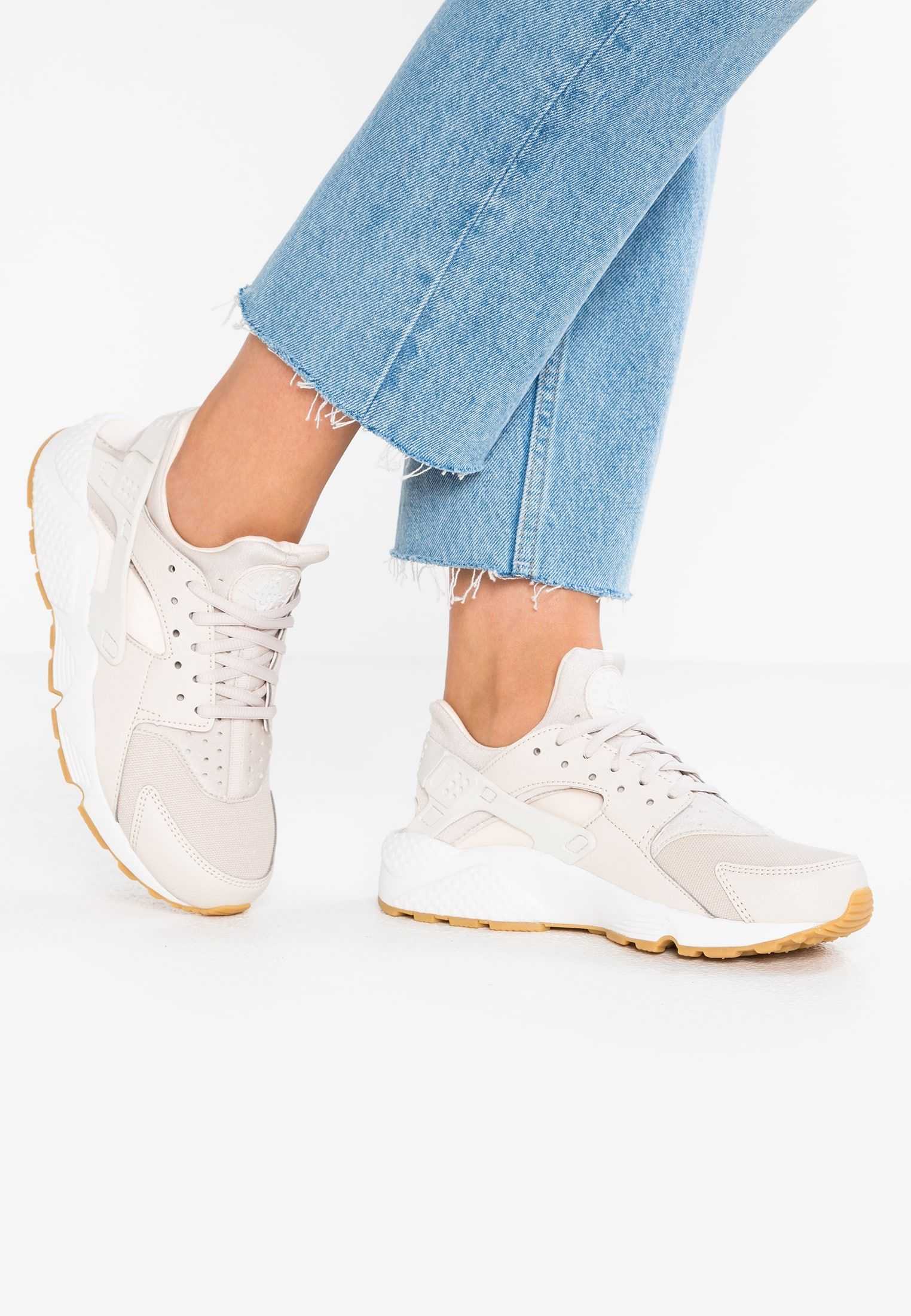 b5afff908fdb Nike Sportswear AIR HUARACHE RUN - Sneakers laag - desert sand summit white guava  ice light brown - Zalando.nl