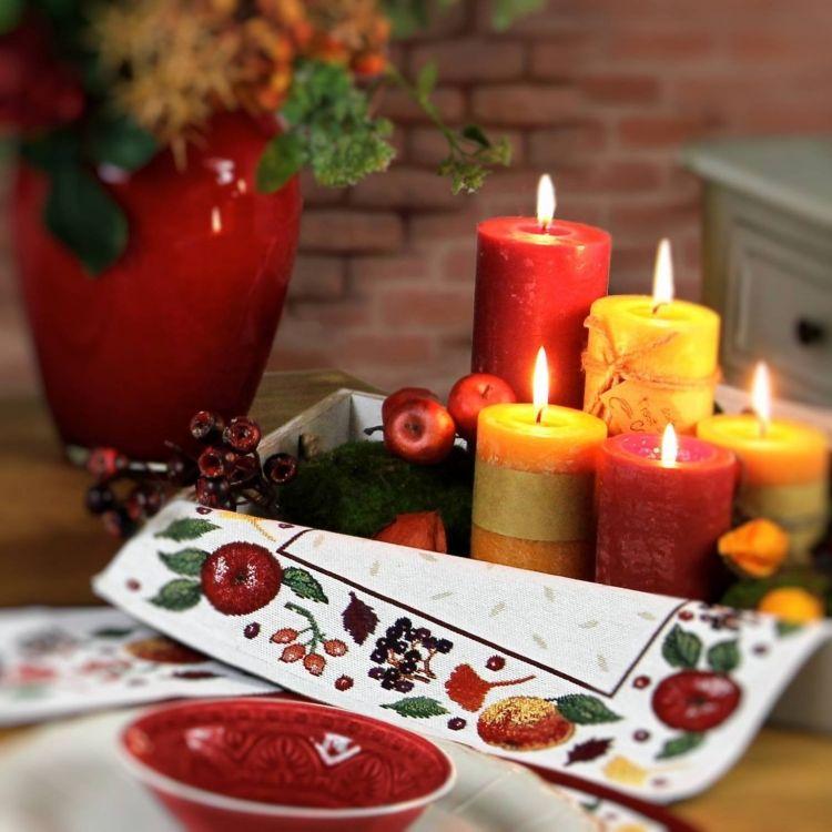 Im Herbst ist die schönste Zeit, die Kerzen anzuzünden und am gedeckten Tisch mit Freunden gemütliche Abende zu verbringen. Gobelin Tischset : Sander