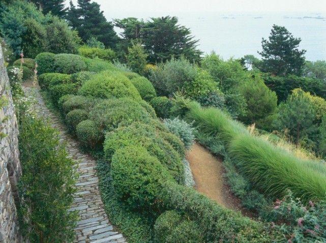 Une allée de jardin en pierres - Elle Décoration | Gardens ...