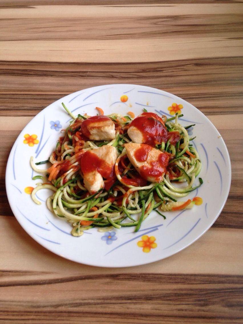 Huhn mit Zucchini- und Möhrchennudeln und einem Spritzer Tomatensoße ...