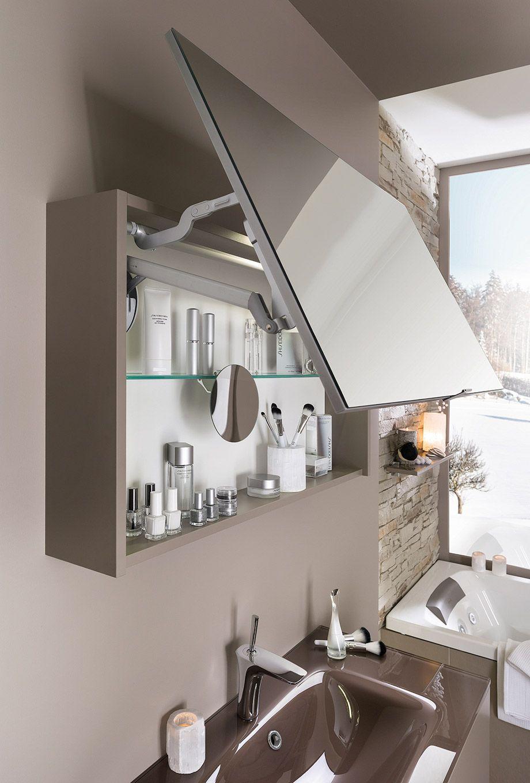 Une armoire de toilette porte miroir lift rend d 39 un - Hauteur d un miroir de salle de bain ...