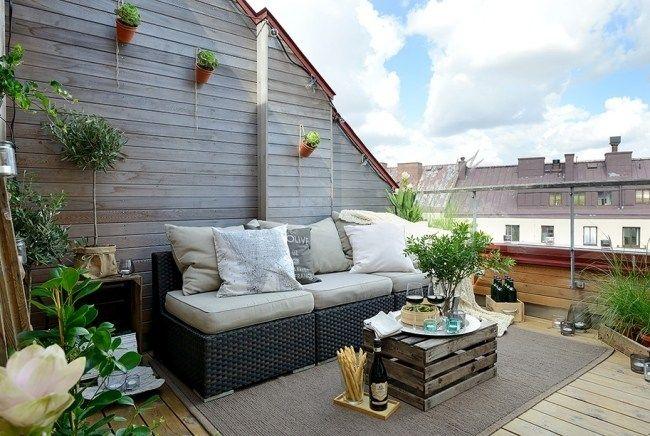 Rattanmöbel balkon  balkon dachwohnung weinkiste beistelltisch rattan sofa pflanzen ...