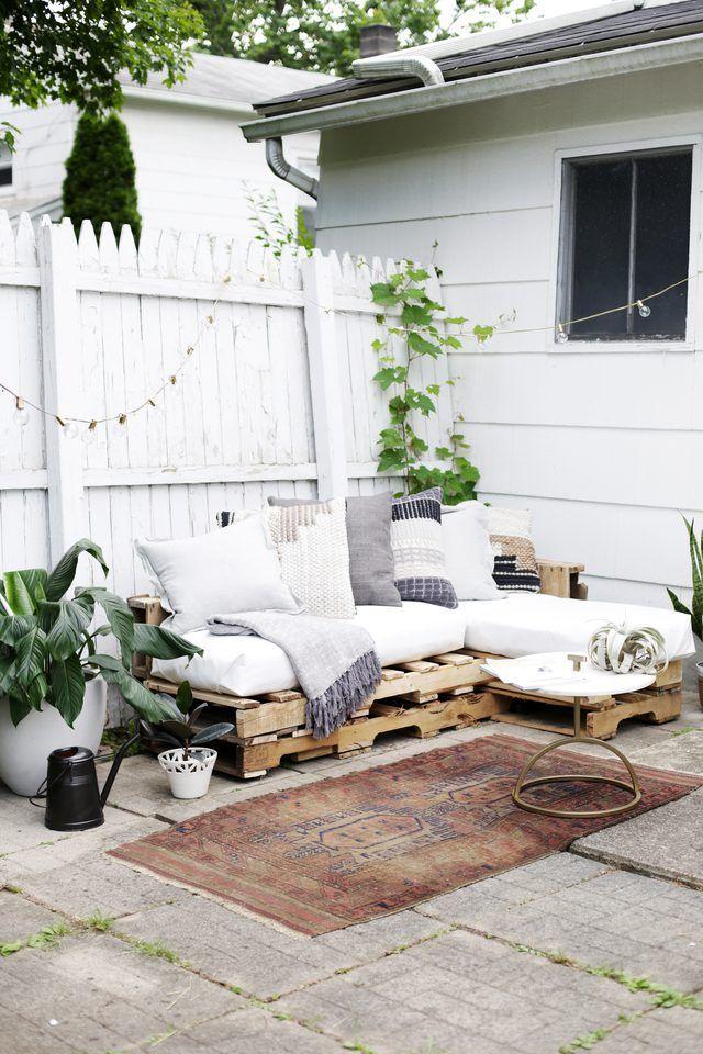 Leuke tuin met een loungebank van houten paletten | Tuin | Pinterest ...