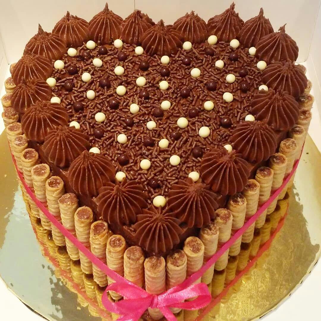 Torta De Chocolate En Forma De Corazon Decorada Con Pirulin Panque De Chocolate Torta Decorada Con Golosinas Chocolates Decorados