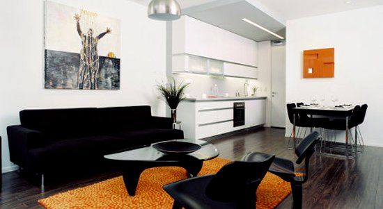 Chernaya Mebel V Sochetanii S Yarkimi Cvetovymi Pyatnami Black Living Room Black Furniture Living Room Living Room Colors