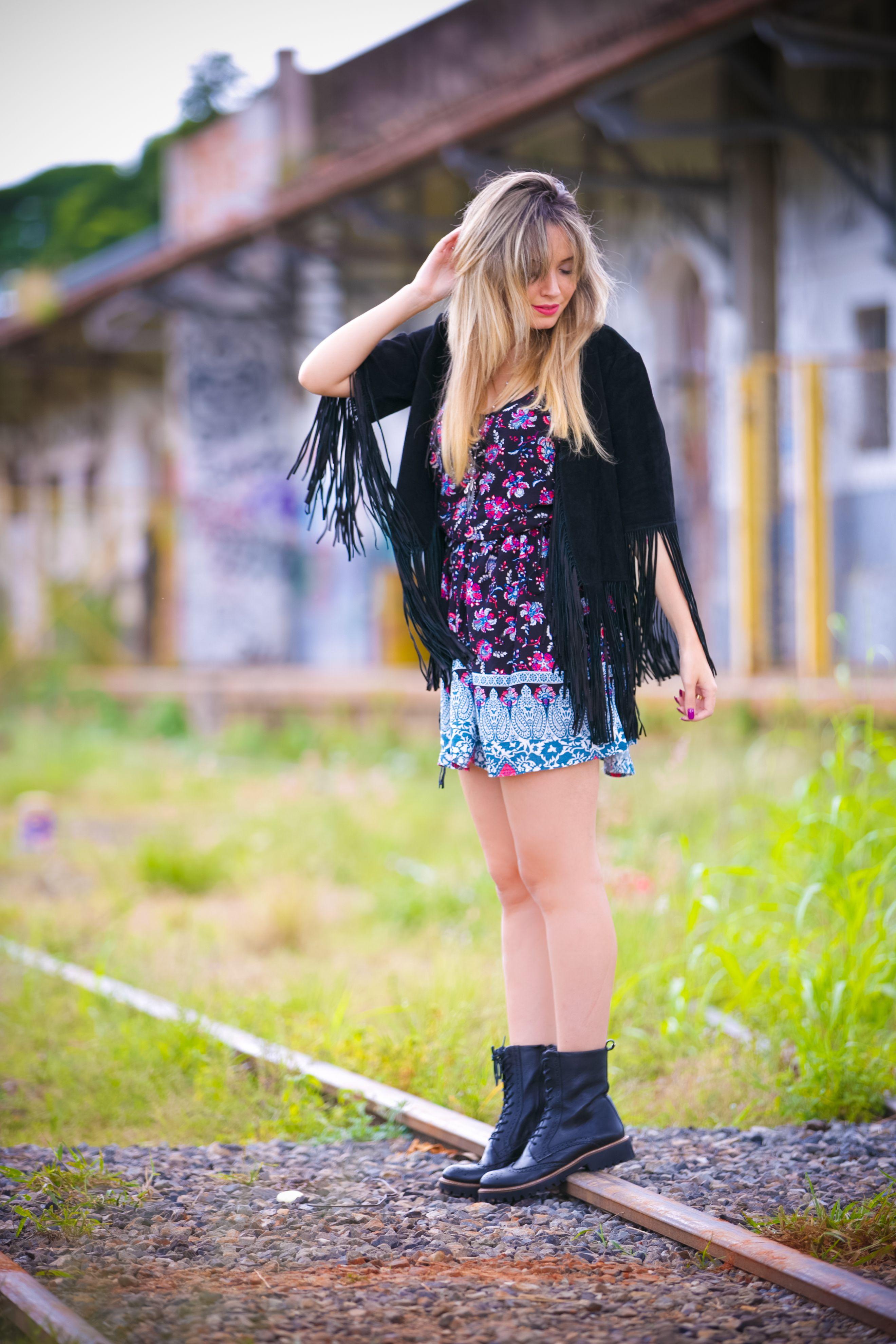 Olá meninas! Esses dias postei AQUI no blog um look com saia de franjas, né? Pois olha elaaaaaaa, a louca das franjas ataca novamente e dessa vez vou usar uma jaqueta com franjas, isso mesmo. Achei tão bonita que não resisti e aproveitei para usar num dia de chuva essa semana (ok, isso não tem …
