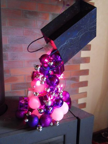 Déco noël Gravity, avec boules blanches et violettes et guirlande ...
