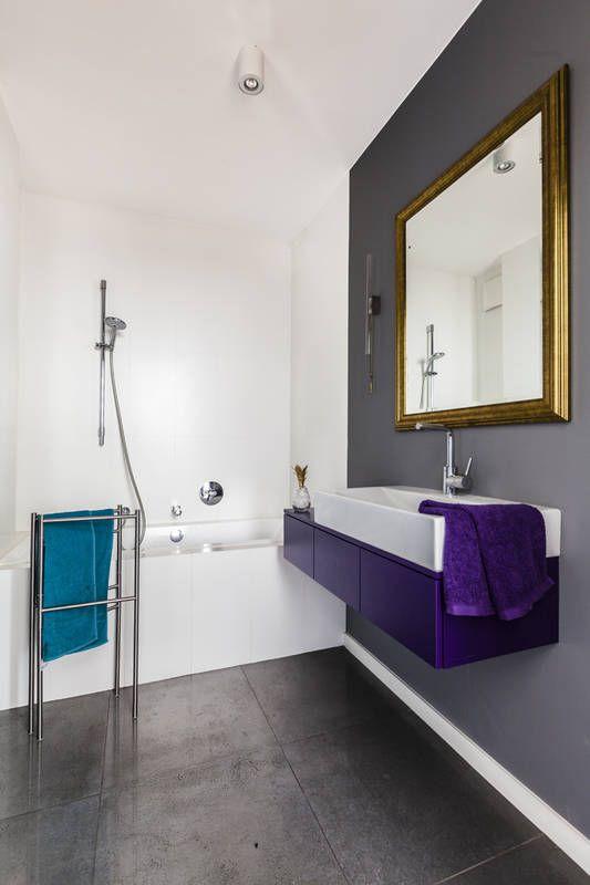 Ozdobne lustro w nowoczesnej łazience