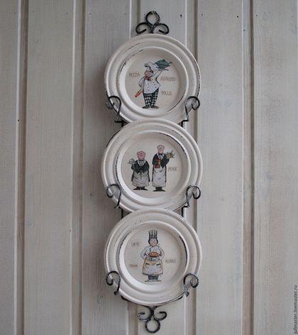 Купить или заказать Три тарелки на подставке 'Поварюшки' декоративные деревянные в интернет-магазине на Ярмарке Мастеров. Три очаровательных деревянных тарелочки для кухни с изображениями поваров с различными блюдами. Подвешиваются на металлическую подставку-держатель. Слегка потерты в стиле винтаж, прованс. Можно использовать в качестве мини-подносиков: накладывать на них печенье, сухофрукты, орехи... Можно мыть, тут же вытирая насухо!