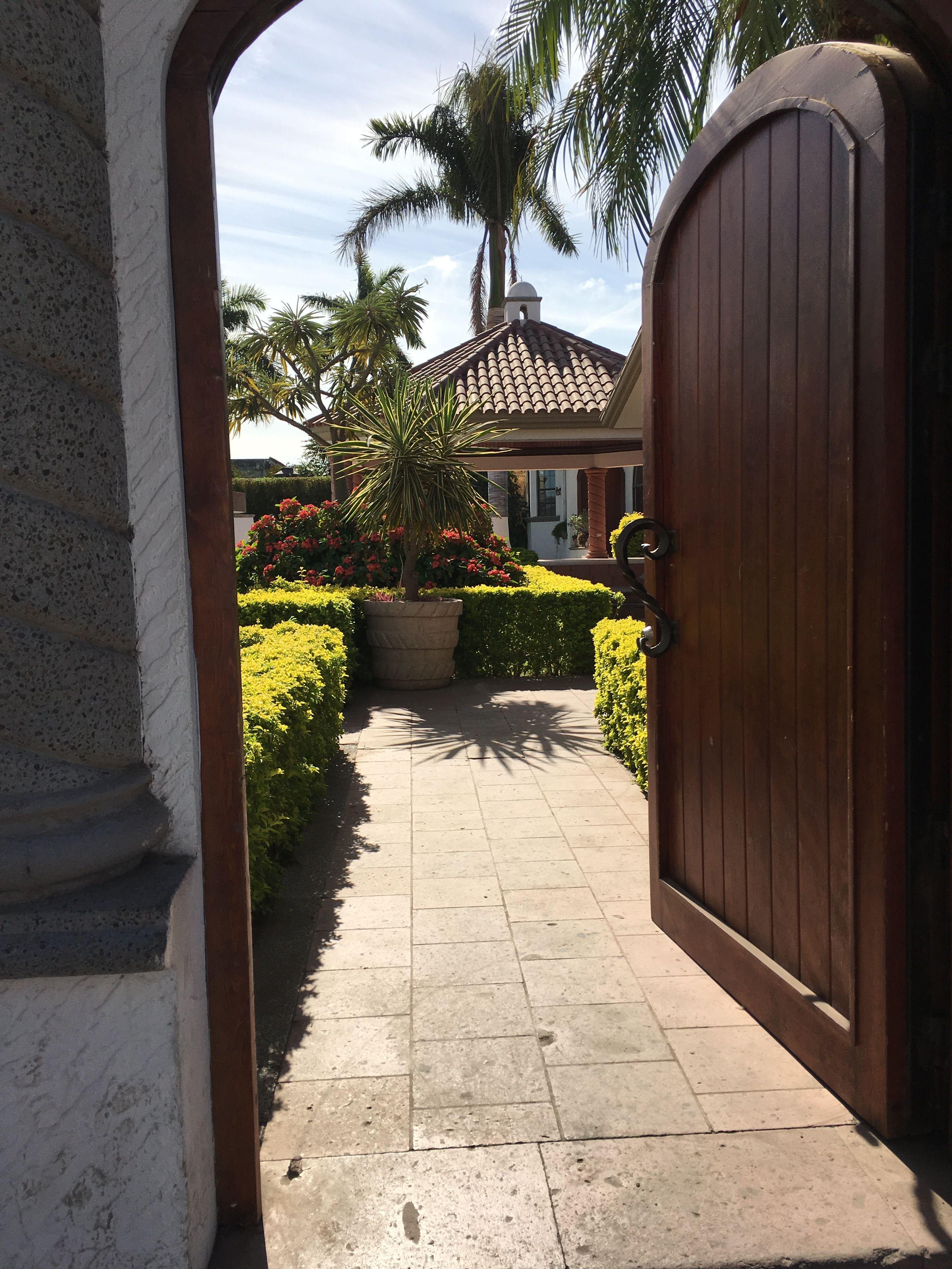 Entrada garden green jardin puerta de madera circular - Puertas de madera para jardin ...