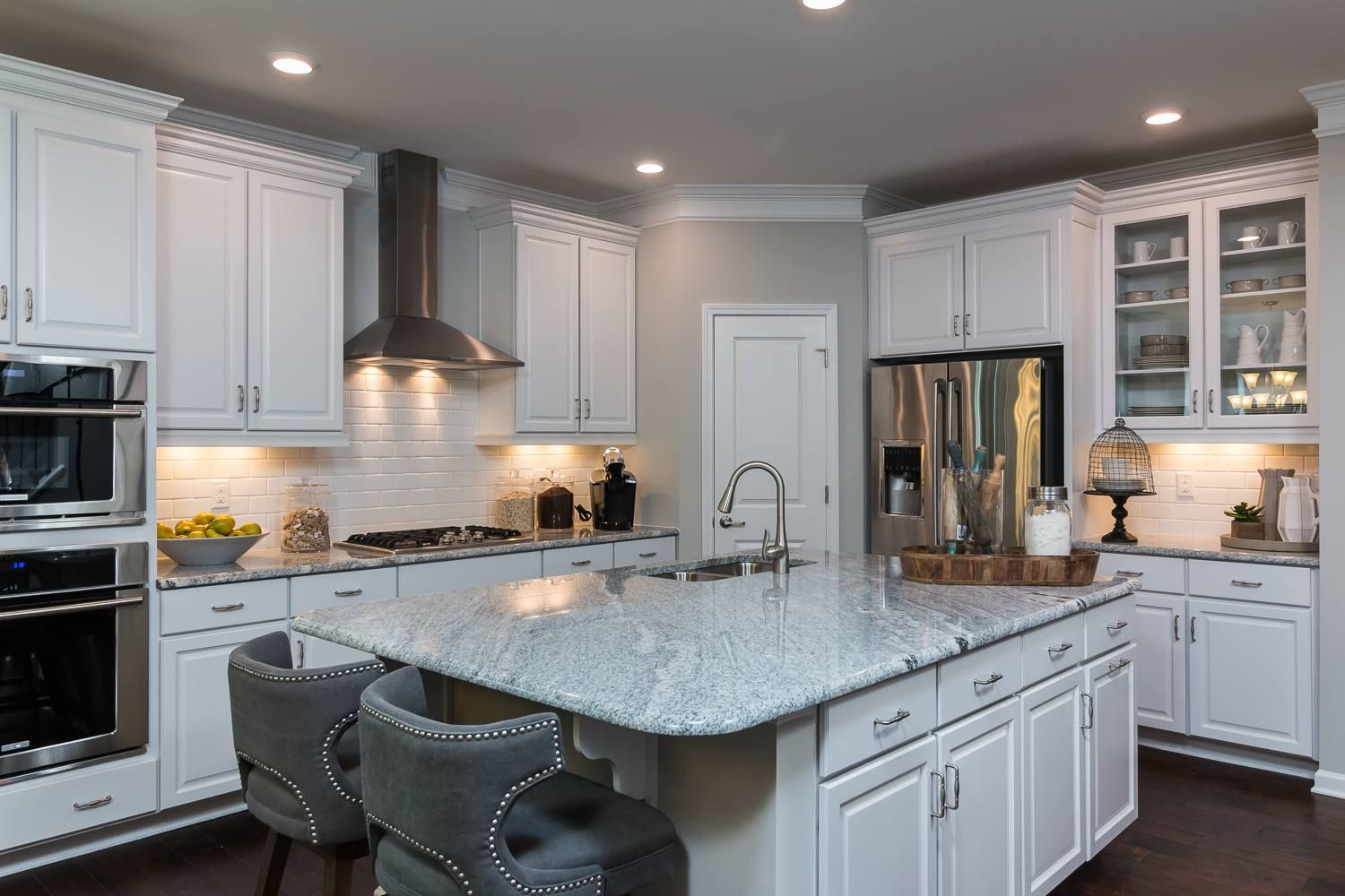 What Would You Be Eating If You Had This Kitchen With Unique Seating With Images Home Home Kitchens