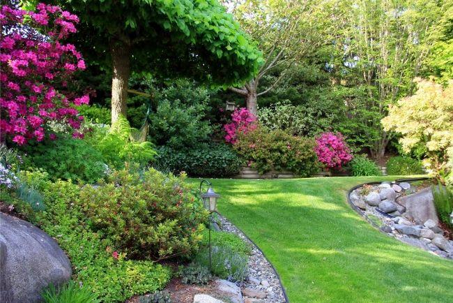 Schöne Garten garten hang anlegen kies steine rand sträucher bäume garten