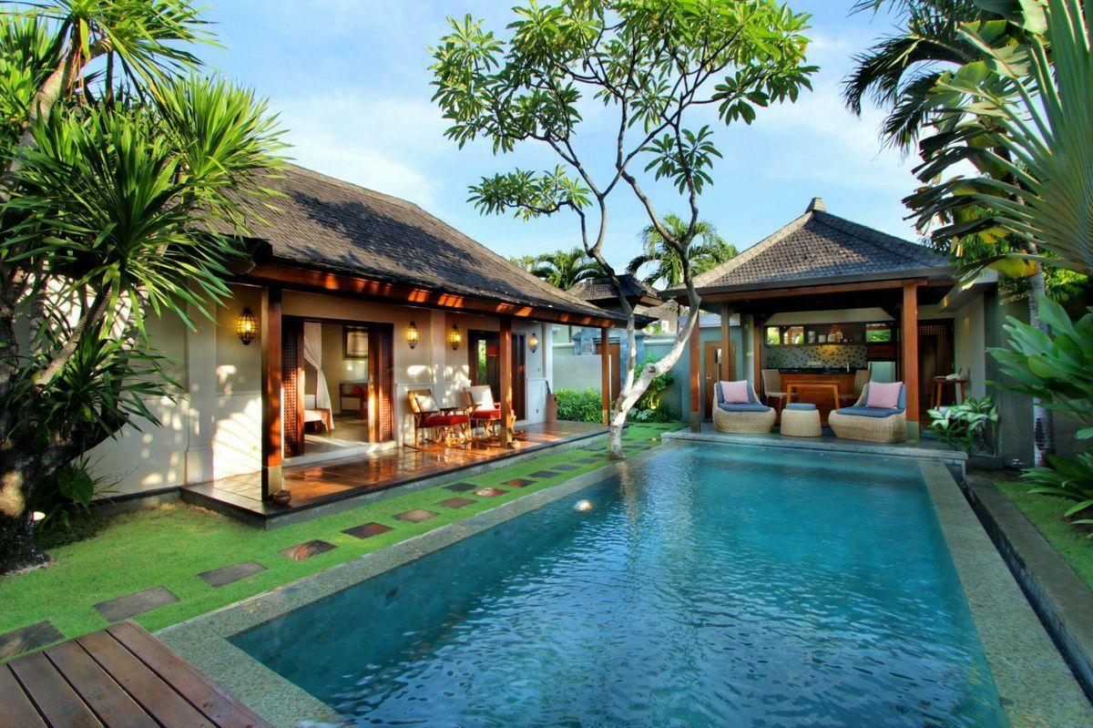 Deep blue pool with lush green. poolresort Casas de