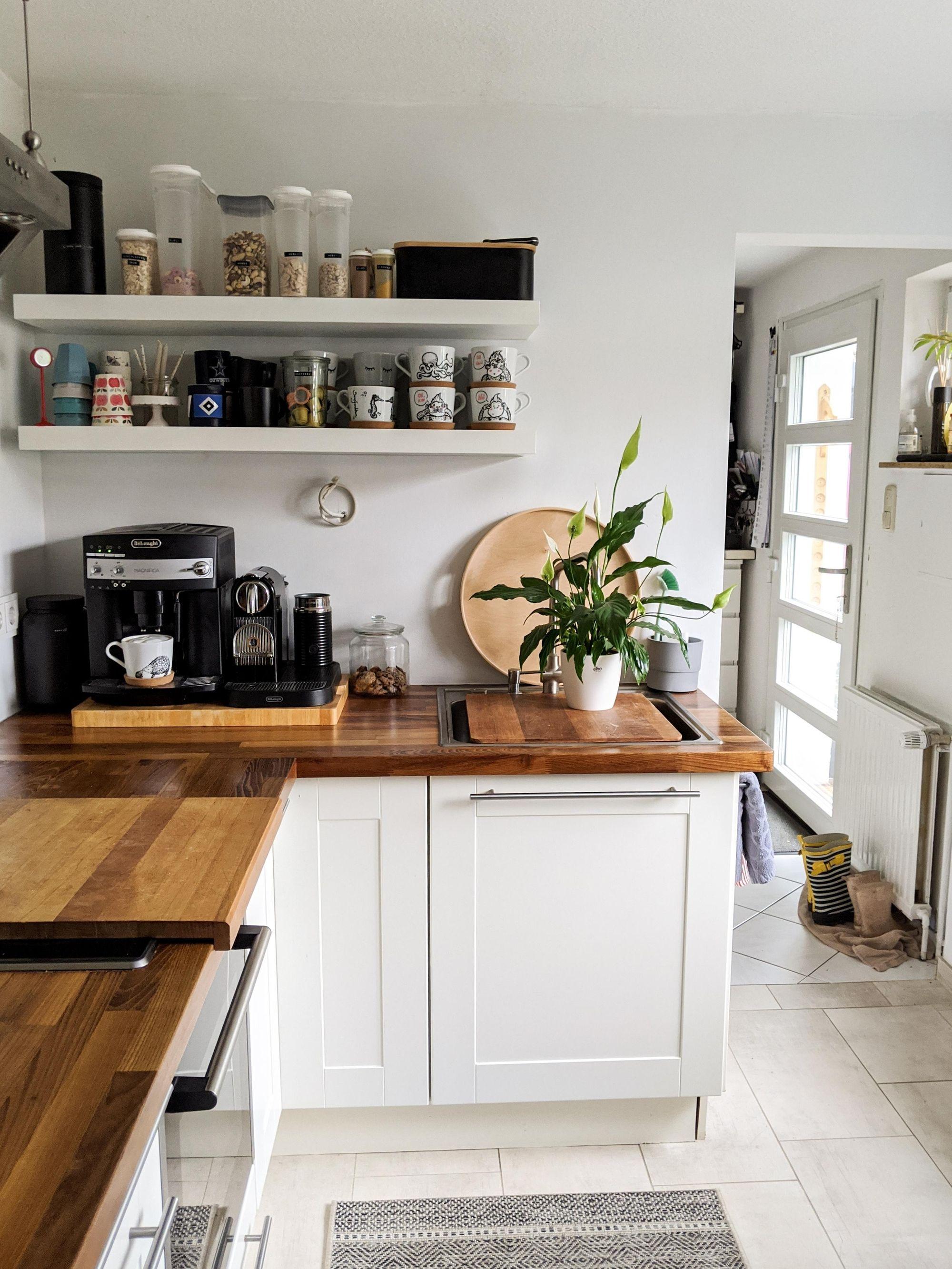 Weiße Küche mit Holzarbeitsplatte: Schlicht und schön kommt sie