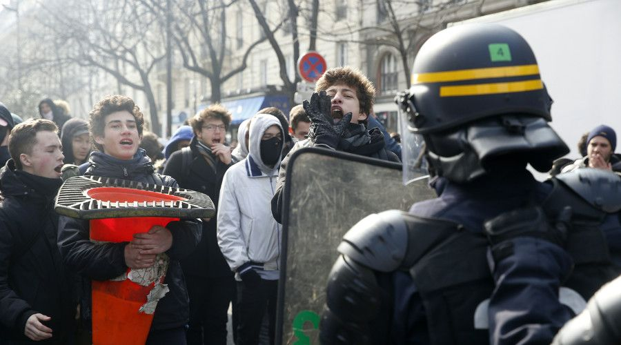 Scuffles & tear gas: Protesters clash with police during anti-labor reform rally in Paris (PHOTOS)  http://pronewsonline.com  High school students (L) face anti-riot police officers as they demonstrate against the government's planned labour law reforms on April 1, 2016 in Paris. © Thomas Samson