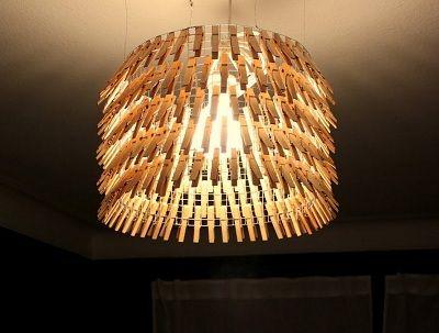 une id e d co fabriquer la lampe pince linge avec un grillage poule et des pinces. Black Bedroom Furniture Sets. Home Design Ideas