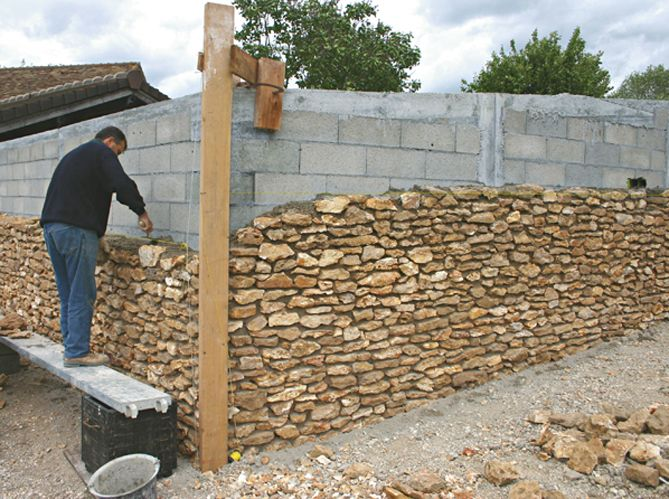 L 39 habillage des parpaings suite maison travaux concrete wall with stone cladding - Comment construire un mur de soutenement en bois ...