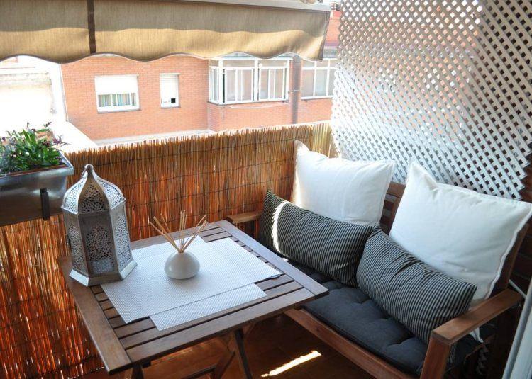 Balkon Verschönern kuscheligen kissen in neutraler farbe und sichtschutz aus bambus