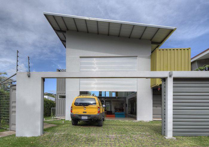 Hier Ist Ein Haus Miteiner Garage Mit Einem Gelben Auto Ein Haus Das Aus Alten Metallcontainern Gebaut Wurde Haus Container Hauser Einfaches Haus