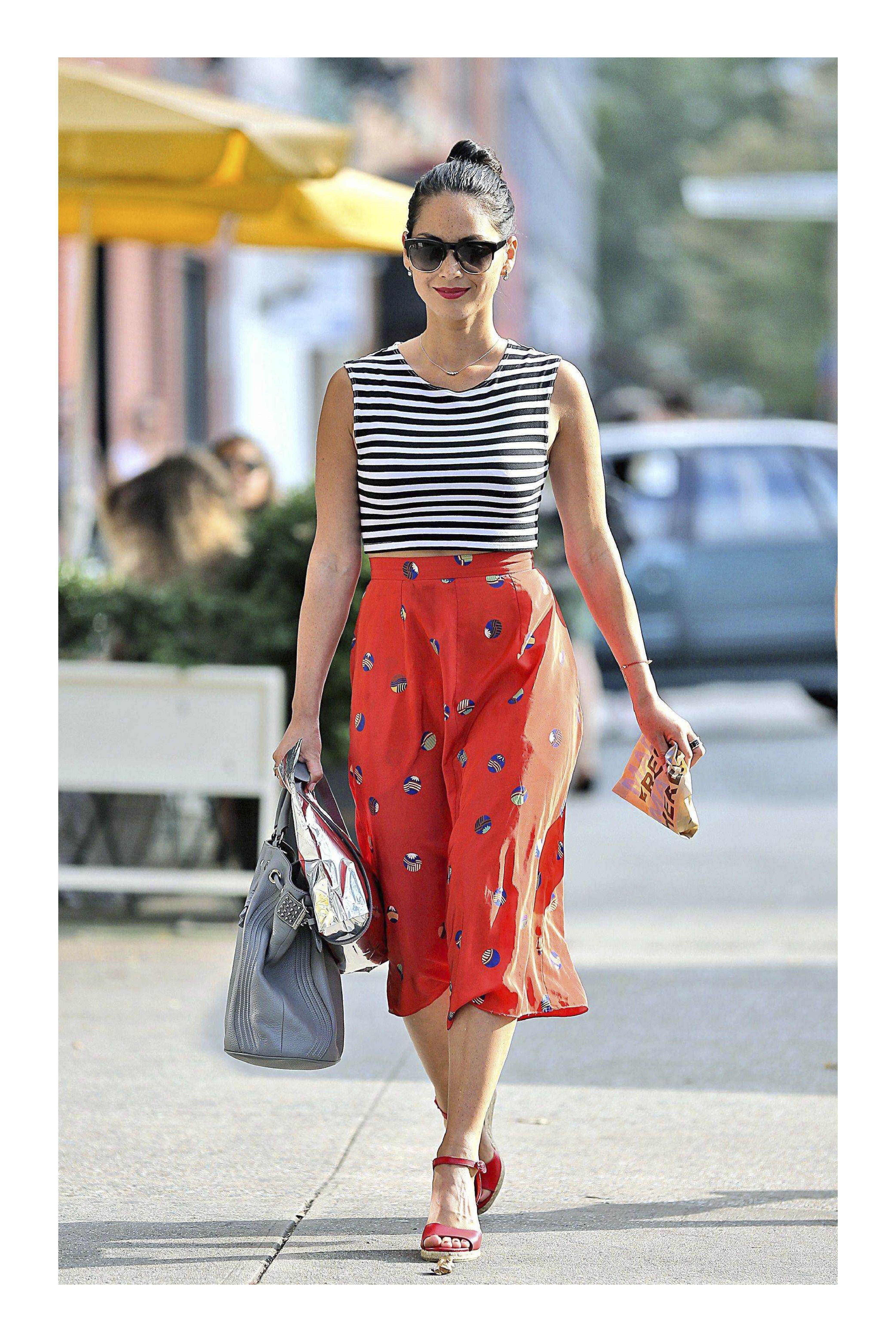 2f56213819 6 Tips para vestir bien  TiZKKAmoda  falda  rojo  estampado  blusa  rayas   sandalias  lentes  bolsa  look  primavera