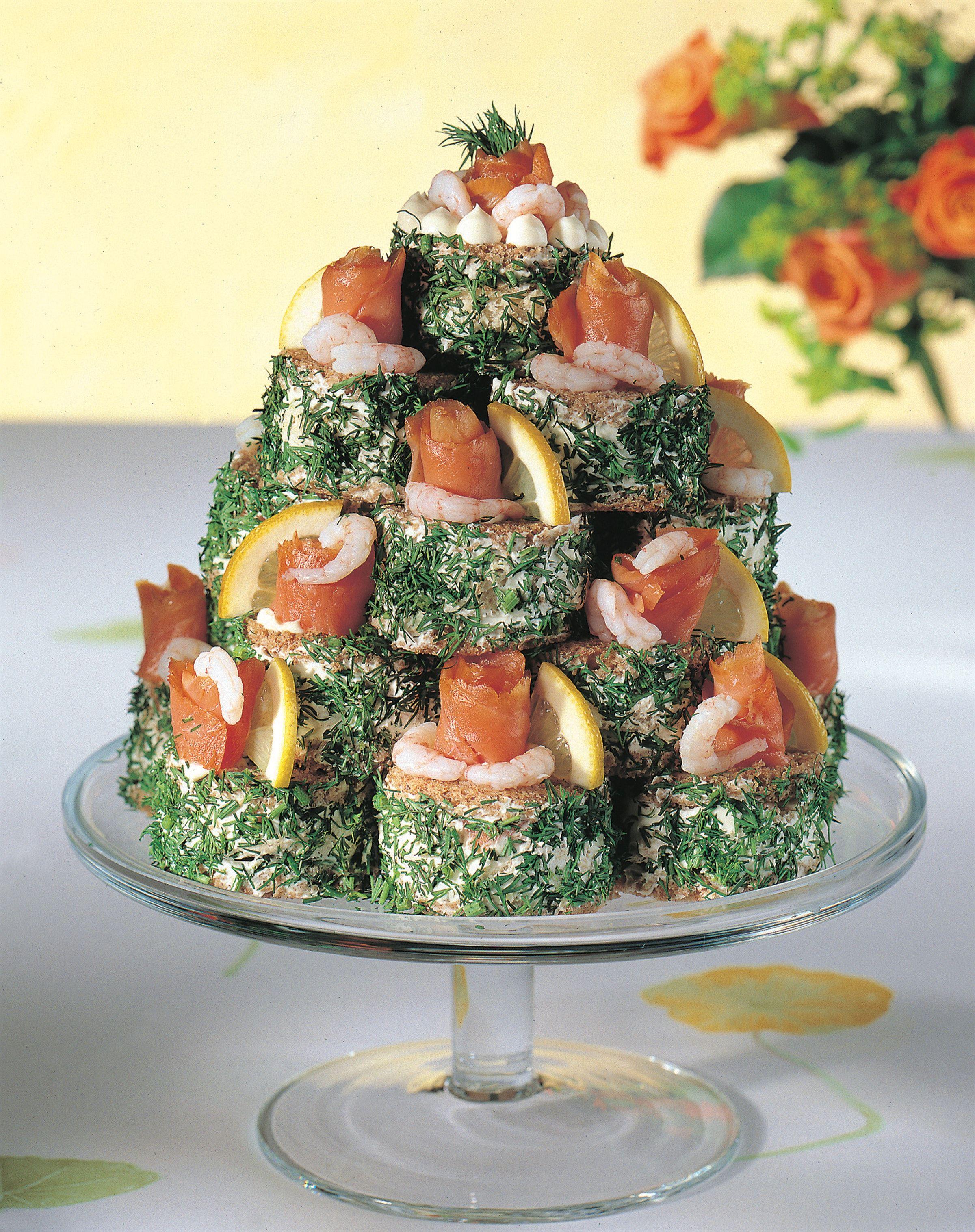 Voileipäkakku saa uudet muodot kun kasaat pienet voileipä-leivokset pyramidiksi.