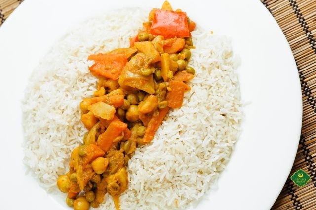 """Un fel de mâncare vegană, adică de post, încântătoare, mulţumită şi denumirii, este """"Deliciul lui Buddha"""". Ce este un deliciu? O desfătare. Ce este """"deliciul lui Buddha""""? O mare plăcere culinară şi o încântare a gustului, sperăm. Orezurile brun, negru şi Basmati întâlnesc în farfurie ciuperci, mazăre şi alune, printre alte ingrediente ce pot fi aflate aici: http://goo.gl/lO0PDW. Vă urăm poftă bună, post tămăduitor şi o vineri ca fulgul."""