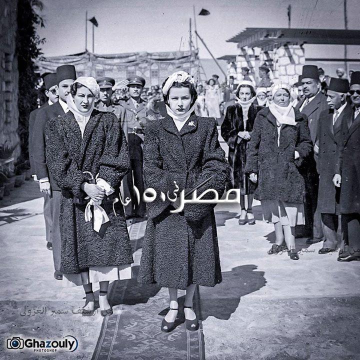 الأميرة فوزية وعلي اليسار تظهر وصيفتها ناهد رشاد ...
