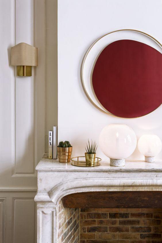 Appartement haussmannien cheminée en marbre blanc gris miroir rond oval en laiton art déco red edition