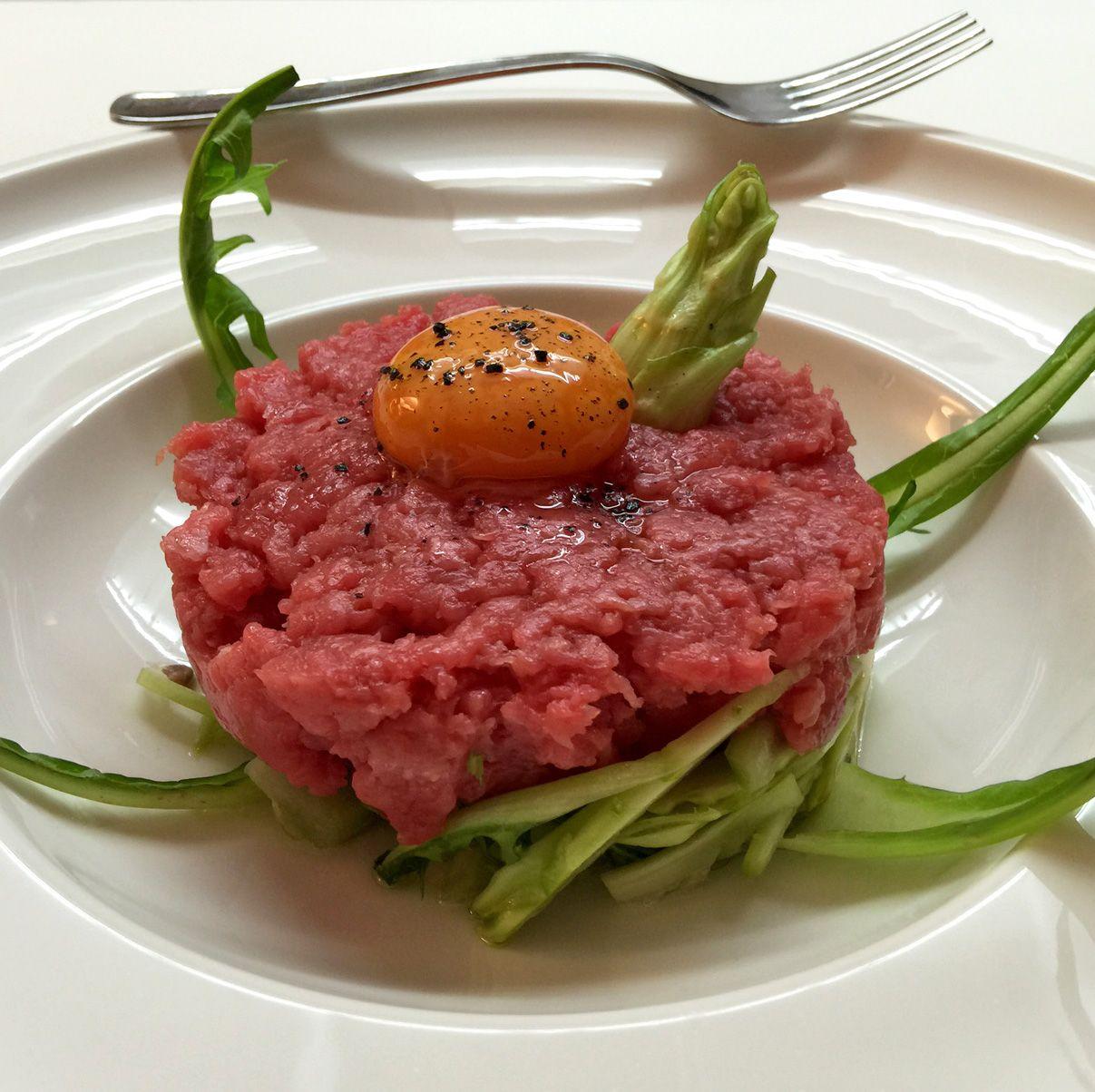 Tartare al coltello di fassona con tuorlo d 39 uovo e for Decorazioni piatti gourmet
