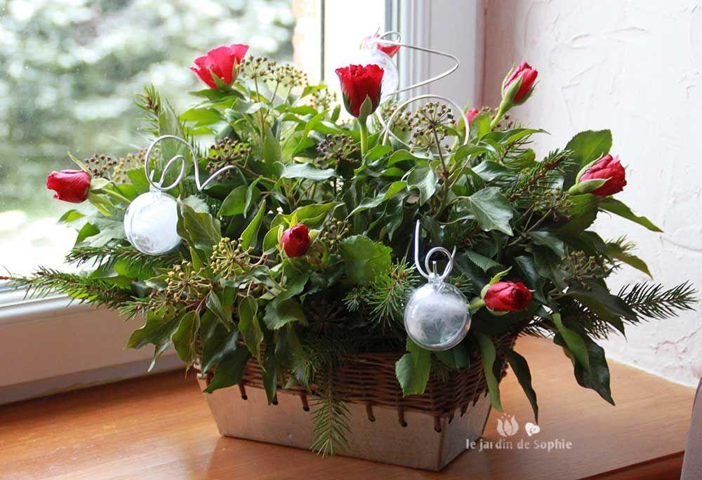 composition florale avec petites roses rouge et boule. Black Bedroom Furniture Sets. Home Design Ideas
