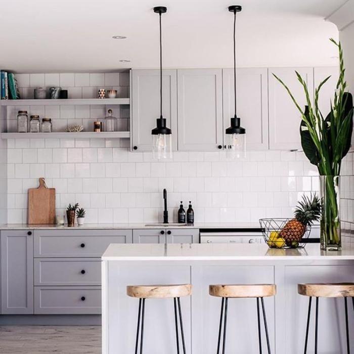 Ideen für hellgraue Küchenschränke 33 - Jeder von uns hat unterschiedliche Bedürfnisse und materielle Möglichkeiten, jedoch unterschiedliche Geschmäcker und Eigenheime. Einige von uns leben in kleinen Häusern, andere in großen Häusern, manche mögen klassische Möbel, manche mögen moderne und minimalistische Möbel. Einige von uns sind sehr neugierig auf dekorative Gegenstände und einige von uns betrachten diese Gegenstände als Diffusionen. Aber letztendlich versuchen wir Dekorationen herzustellen #greykitcheninterior