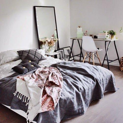 Bett und Spiegel und Bilder nur hinstellen und nicht aufhängen - spiegel f r schlafzimmer