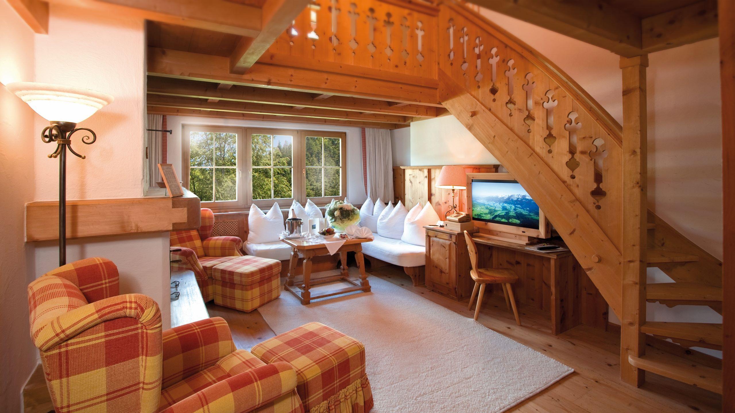 Wohnzimmer Mit Lounge Ecke Und Offenem Kamin, Hochwertige Zirbenholzmöbel, 2  Oder 3 Schlafzimmer