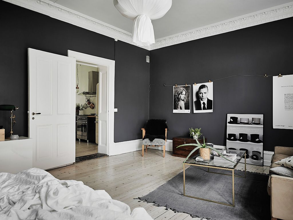 Two Trends Of The Moment Black And White And Scandinavian Themes Can Make Quite A Pair We Minimalist Home Interior Monochrome Living Room Minimalist Bedroom
