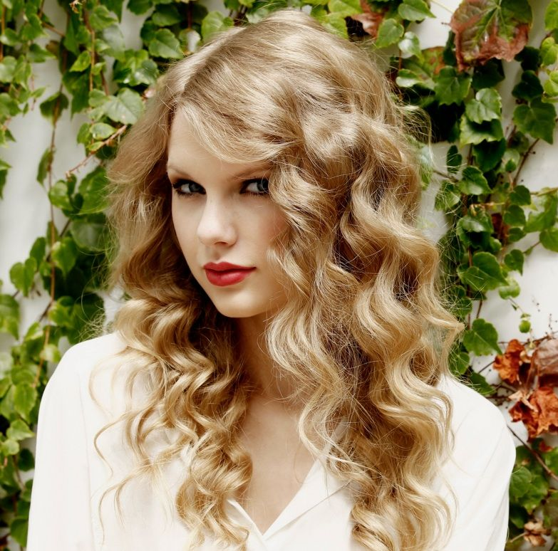 How To Create Taylor Swift Loose Curls The Hairstyle Blog Taylor Swift Curly Hair Taylor Swift Curls Taylor Swift Hair